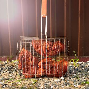 Barbecue de viande lors d'une soirée d'été en camping