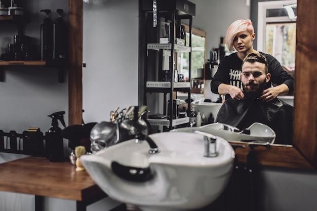 Barber et client dans le miroir