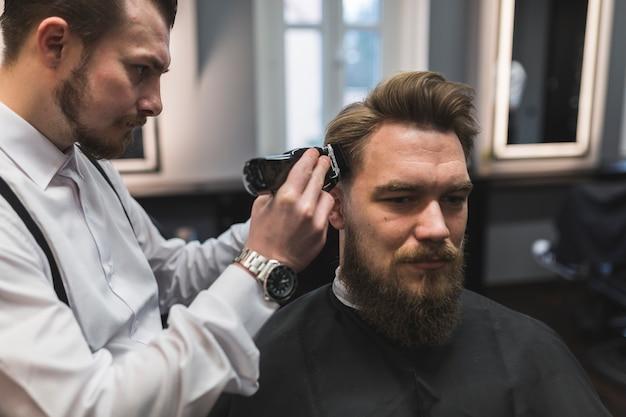 Barber rasage des temples de l'homme