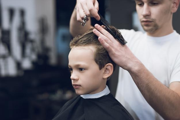 Barbershop coiffeur faire coupe de cheveux garçon
