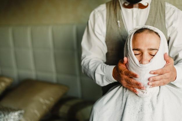 Barbier se préparant à raser un client