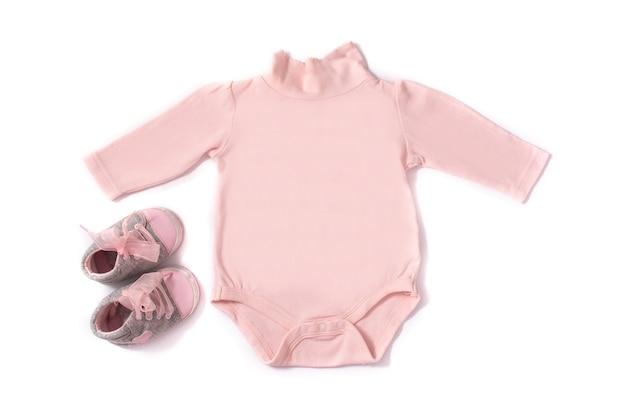 Barboteuse et chaussures bébé isolé sur fond blanc