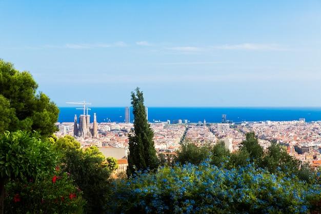 Barcelone, catalogne, espagne, 21 septembre 2019. la vue sur barcelone depuis le parc guell a été conçue par l'architecte antoni gaudi.