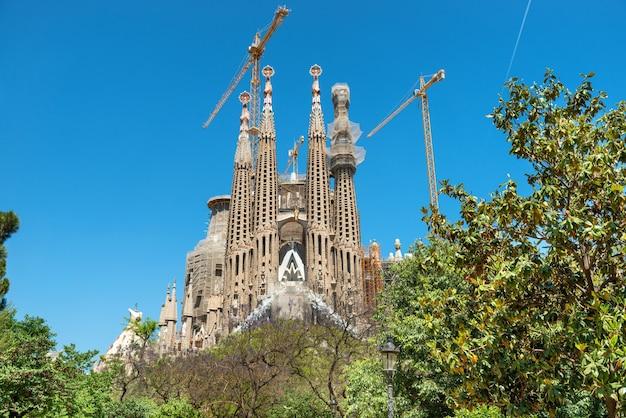 Barcelone espagne - 21 mai 2016 la sagrada familia - vue depuis le parc verdoyant jusqu'à la cathédrale conçue par antonio gaudi, qui est encore en construction le 21 mai 2016 à barcelone, en espagne.
