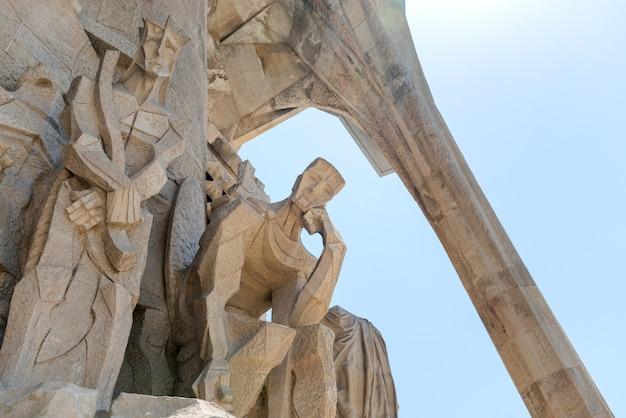 Barcelone, espagne - 27 mai 2016 : statue sur la façade de la sagrada familia à barcelone, espagne