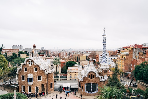 Barcelone espagne décembre l'entrée centrale du parc guell dans les maisons en pain d'épice de barcelone
