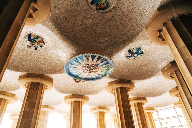 Barcelone espagne décembre plafond dans la salle des cent colonnes dans le parc guell à barcelone