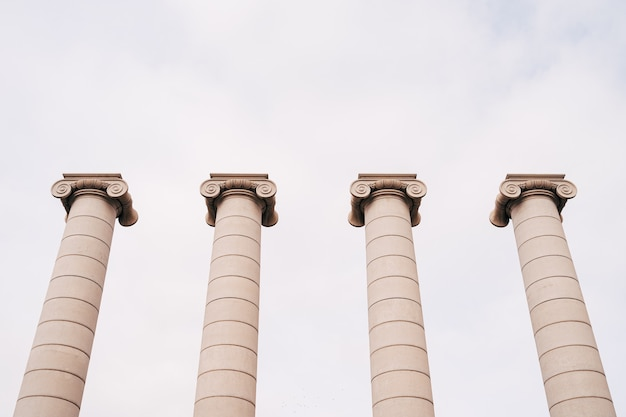 Barcelone espagne décembre quatre colonnes antiques de puigikadafalka près de la fontaine magique de montjuic