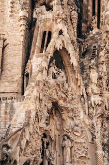 Barcelone espagne décembre sculptures et statues sur la façade du bâtiment de la sagrada familia