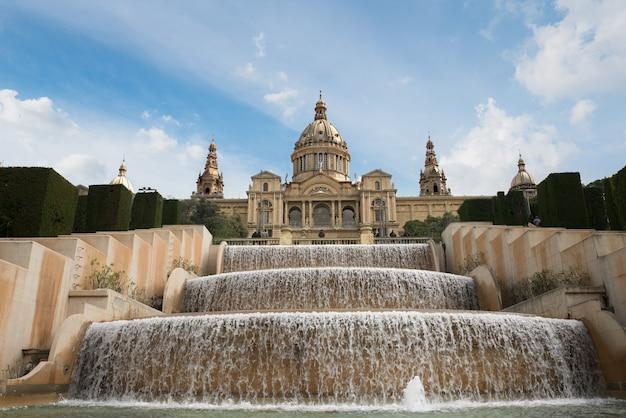 Barcelone placa de espanya, le musée national avec fontaine magique l'après-midi à barcelone. espagne