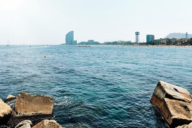 Barcelone. vue sur la mer et la plage de la barceloneta.