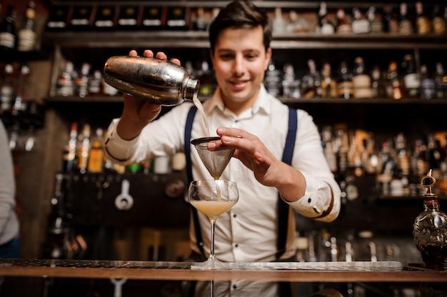 Barender faisant un cocktail au bar
