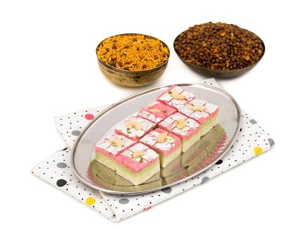 Barfi de fruits secs de nourriture sucrée indienne sur fond blanc