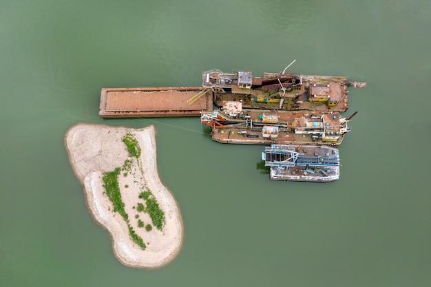 Barge et remorqueur, extraction de sable de mer et de matériaux divers. industrie de l'eau