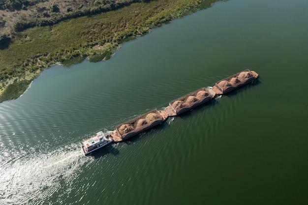 Barge transportant des marchandises en rivière - voie navigable de tiete.