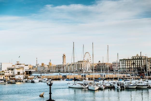Bari, italie - 10 mars 2019: vue du coucher de soleil sur le front de mer touristique et le port de bari