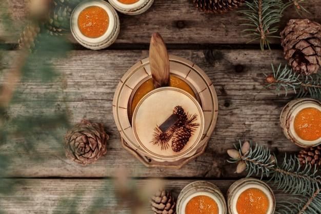 Un baril de branches et de pommes de pin de miel, de pin et d'épinette