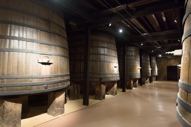 Barils dans l'ancienne cave