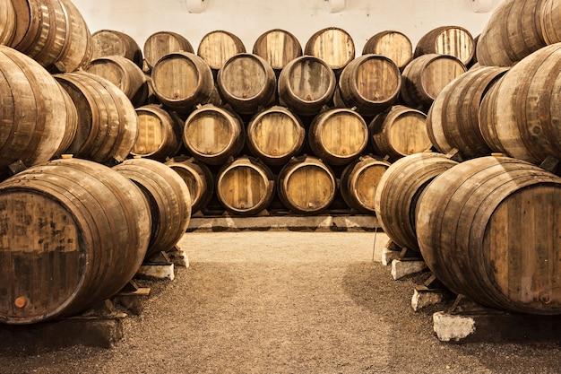 Barils dans la cave à vin, porto, portugal