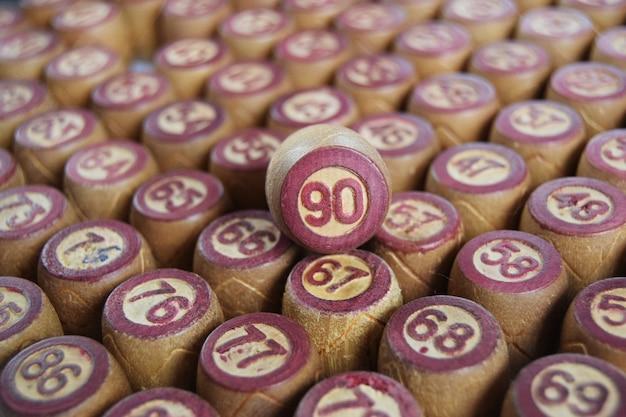 Barils de loto en bois avec des nombres isolés sur fond blanc jeu de bingo familial