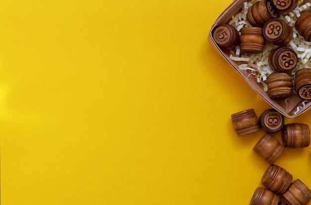Barils de loto en bois sur une surface jaune