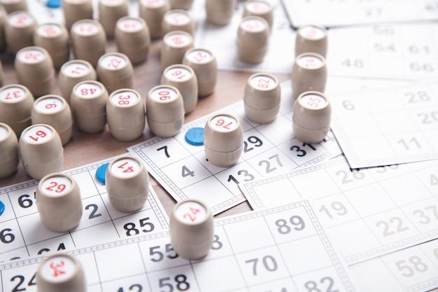 Barils avec des nombres et des cartes pour le jeu de table de loto.