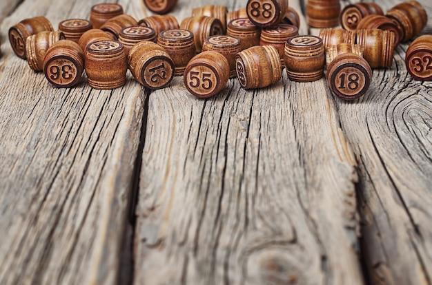Barils avec numéros sur un vieux fond de bois fissuré