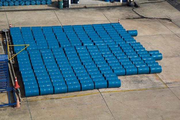 Barils de pétrole bleus ou fûts chimiques empilés horizontalement