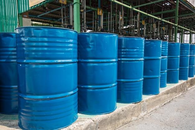 Barils de pétrole bleus ou fûts chimiques verticaux