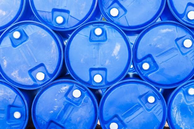 Barils de pétrole ou de fûts chimiques empilés