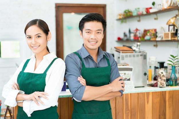 Un barista asiatique prépare du café dans son restaurant. et posséder un café