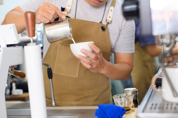 Barista faisant de l'art latte chaud dans un café