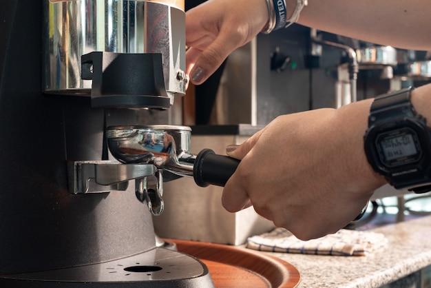 Barista faisant cappuccino avec machine à expresso dans un café