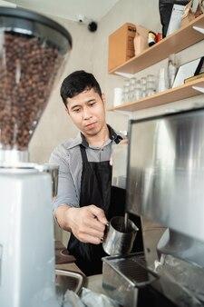 Barista fait du café avec une machine à café