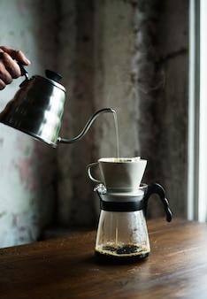 Barista main dégoulinant café moulu