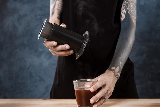 Barista mâle infusion de café. méthode alternative aeropress.