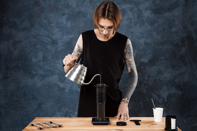 Barista mâle infusion de café. méthode alternative aeropress.