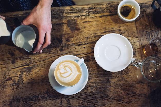 Barista préparant le cappuccino
