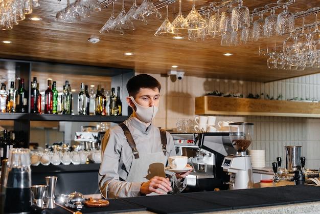 Le barista prépare le café dans un café moderne.