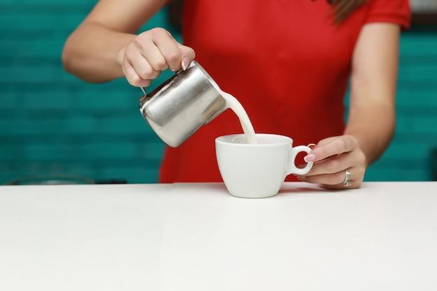 Barista prépare un cappuccino dans son café