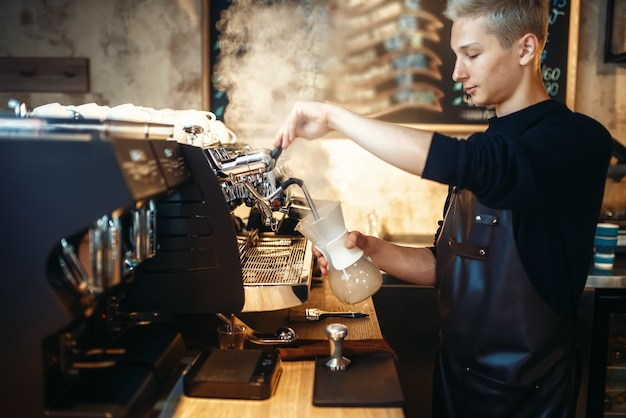 Barista prépare un cappuccino sur une machine à café