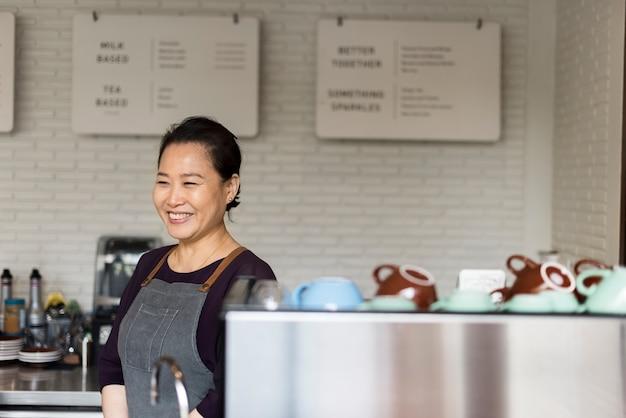 Barista prépare le concept de fonctionnement du café
