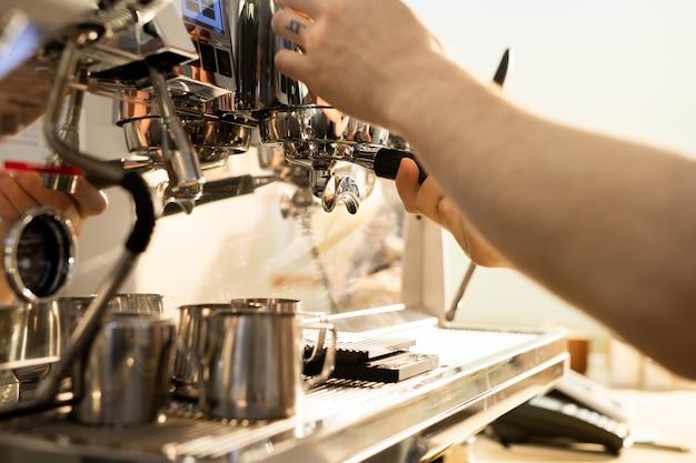 Barista prépare du café avec une machine à expresso