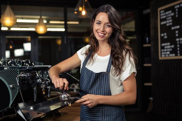 Barista prépare du café avec une machine