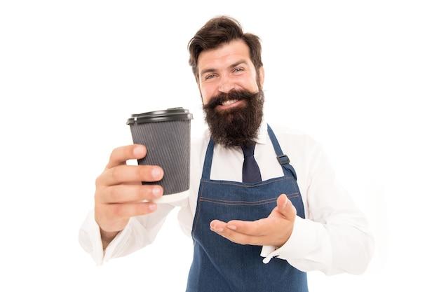 Barista a préparé du café pour vous. bénéficiant d'un café frais. barista mature en tablier isolé sur blanc. mélange de robusta arabica. prenez une tasse de café frais à emporter. homme barbu tenir une tasse de café en papier. emporter.