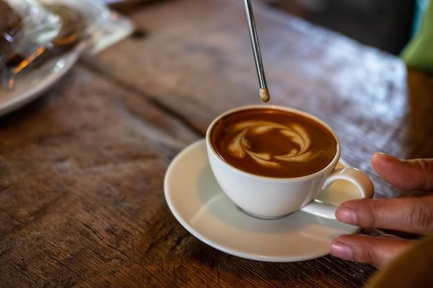 Barista se prépare à faire du café avec une machine à café.
