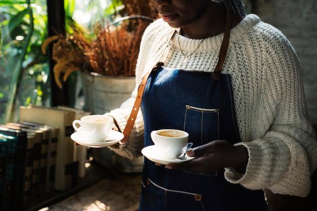 Un barista sert du café