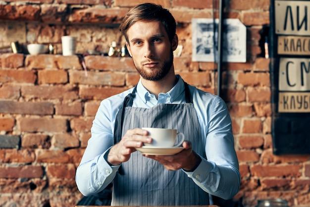 Barista en tablier dans un service de travail de café