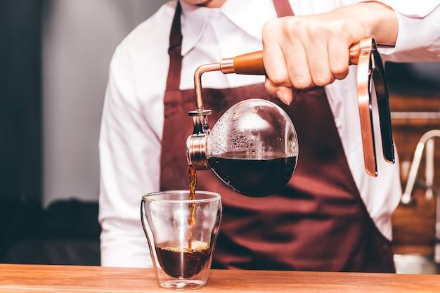 Barista tenant un café au café