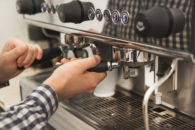 Barista travaillant dans son café